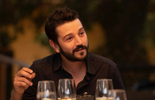 """Entre discusión de temas sociales y fuertes críticas se estrenó """"Pan y Circo"""" de Diego Luna"""