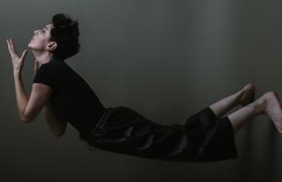 El vacío y la soledad, los dos elementos del universo de La Sangre, el álbum debut de Hela San