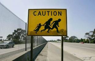 ´Caution´ las polémicas señales de cruce de inmigrantes en San Diego