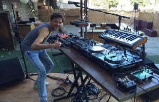 Se solicitan mujeres DJ