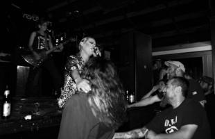 Esto se va descontrolar: 2 minutos de punk rock, alcohol y golpes