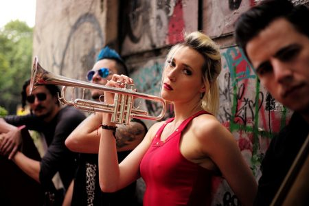 Jenny and the Mexicats: herederos de la globalización