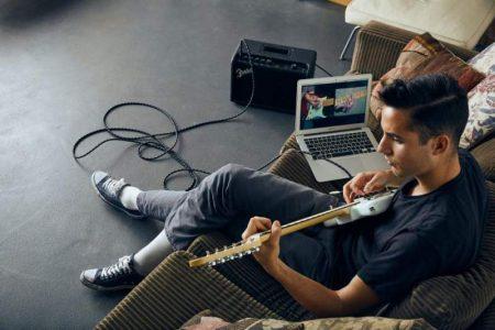Aprovecha el aislamiento; Fender está ofreciendo 3 meses de clases de guitarra gratis en línea