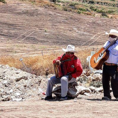 """""""El Rorro y El Muñeco"""", dueto norteño que le canta a víctimas de Covid-19 en el panteón"""
