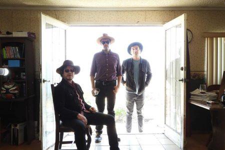 Una bofetada de cara al sol: Una entrevista con el trío Los Munrocks