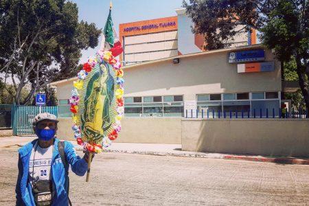 Salvador García; recorre hospitales para orar por los médicos y los enfermos de Covid-19