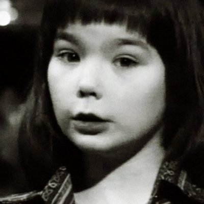 Checa a baby Björk cantando un cuento de navidad